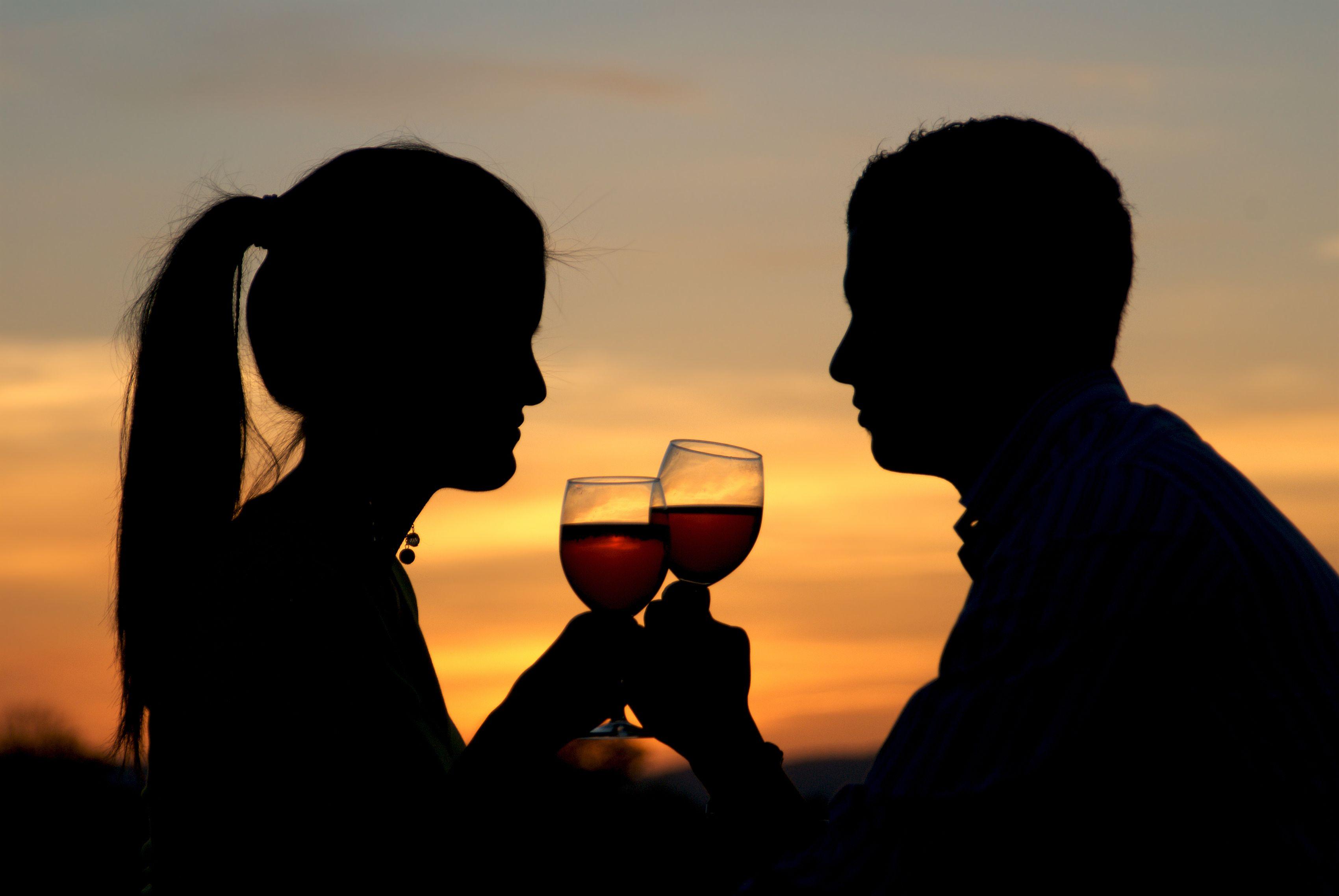 couple-sunset-wine.jpg (3400×2276) | Wine, 1 year anniversary gifts, Year  anniversary gifts