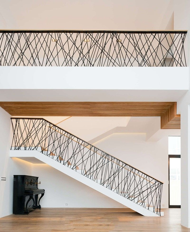 This Home Designed By Monoloko Design Features Custom Railings On The Stairs And The Top Floor Made From Randomly Moderne Treppen Treppe Haus Gelander Treppe