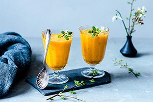 Kurkuma, die Wunderwaffe der Natur. Kurkuma ist eines der bedeutendsten und vielseitigsten Heilmittel in der ayurvedischen Medizin. Die stark gelb-orange färbende Wurzel wird auch gelber Ingwer oder Gelbwurz genannt.Kurkuma ist eins der populärsten Zutaten in Currys. Doch die unscheinbare Knolle kann viel mehr!