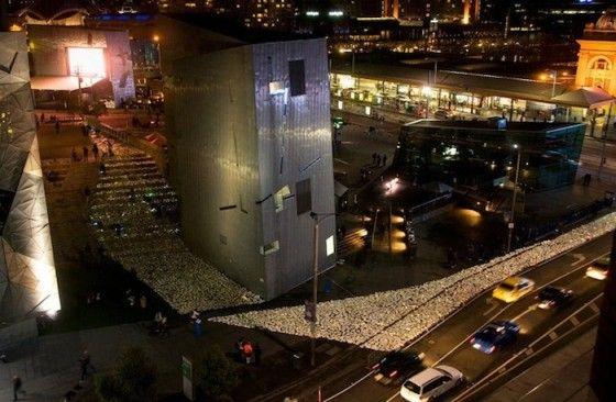 """Voor het festival """"The Light in Winter"""" in Melbourne is deze rivier van boeken aangelegd. Op de laatste avond van het festival mochten bezoekers de boeken mee naar huis nemen."""