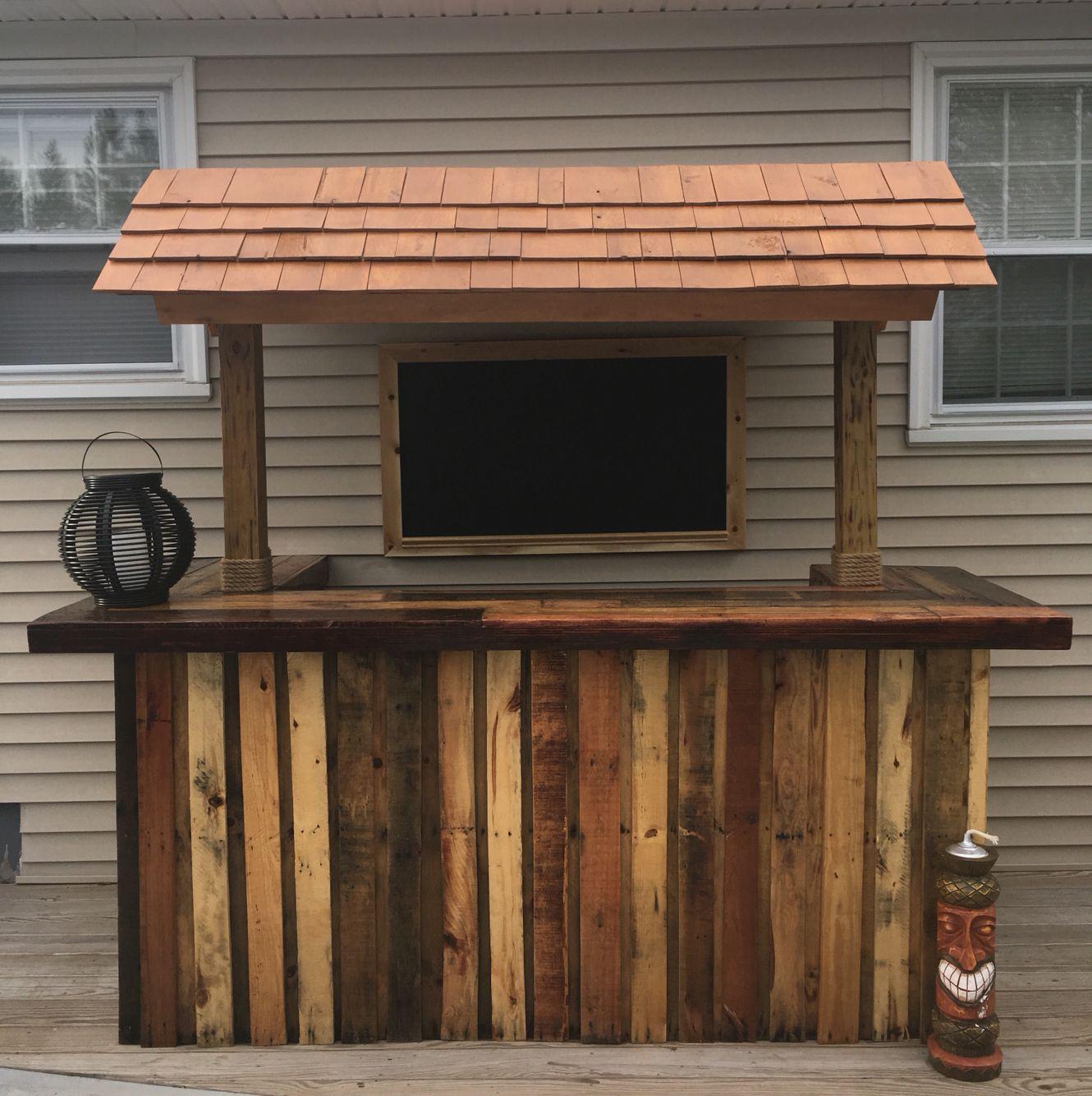 Outdoor pallet bar #diy #palletbar #palletwood #tikibar #backyard ...