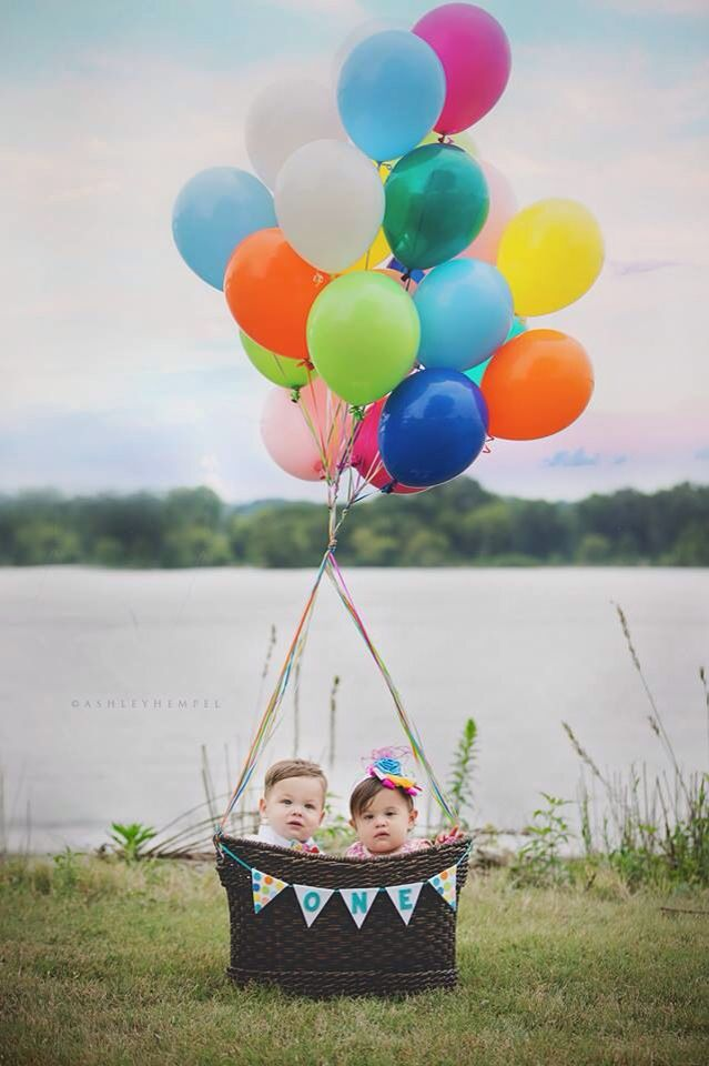 twin photo shoot with hot air balloon theme twins 1stbirthday
