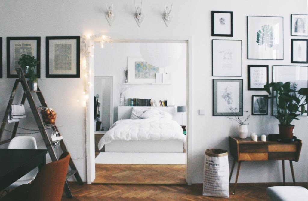 Durchblick ins Schlafzimmer in schöner Altbauwohnung in Leipzig