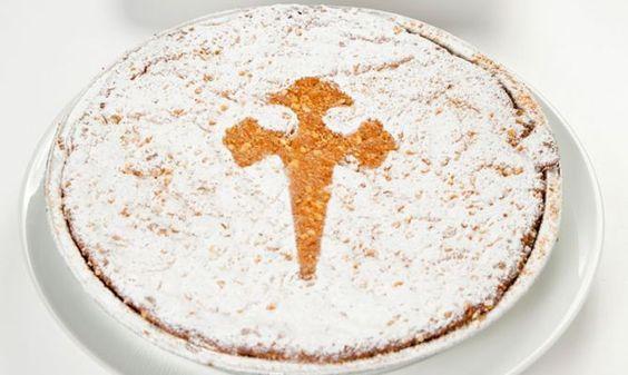 Tarta de Santiago con plantilla de la cruz de Santiago para descargar y decorar la tarta .-
