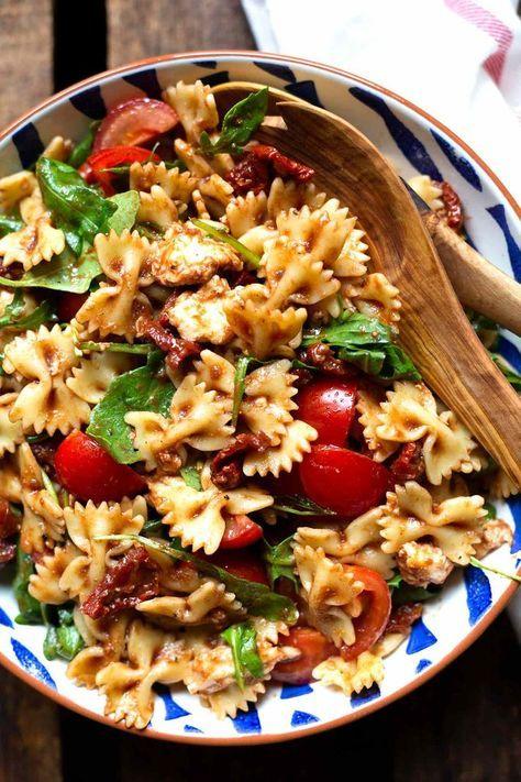 Einfacher italienischer Nudelsalat mit Rucola und Tomaten - Kochkarussell
