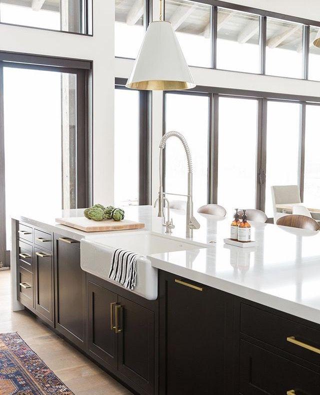 Küche Kochinsel schwarz Shaker-Stil, goldene Griffe, weiße ...