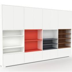 Photo of Wohnwand Weiß – Individuelle Designer-Regalwand: Türen in Weiß – Hochwertige Materialien – 301 x 196
