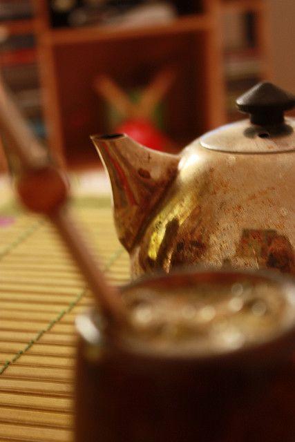Beviamo mate, importato dall'Argentina. Qui è molto diffuso.(yerba mate from Syria by Fëras Jėrf, via Flickr)