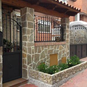 Puertas y verja exterior porton pinterest verjas for Puertas chalet exterior