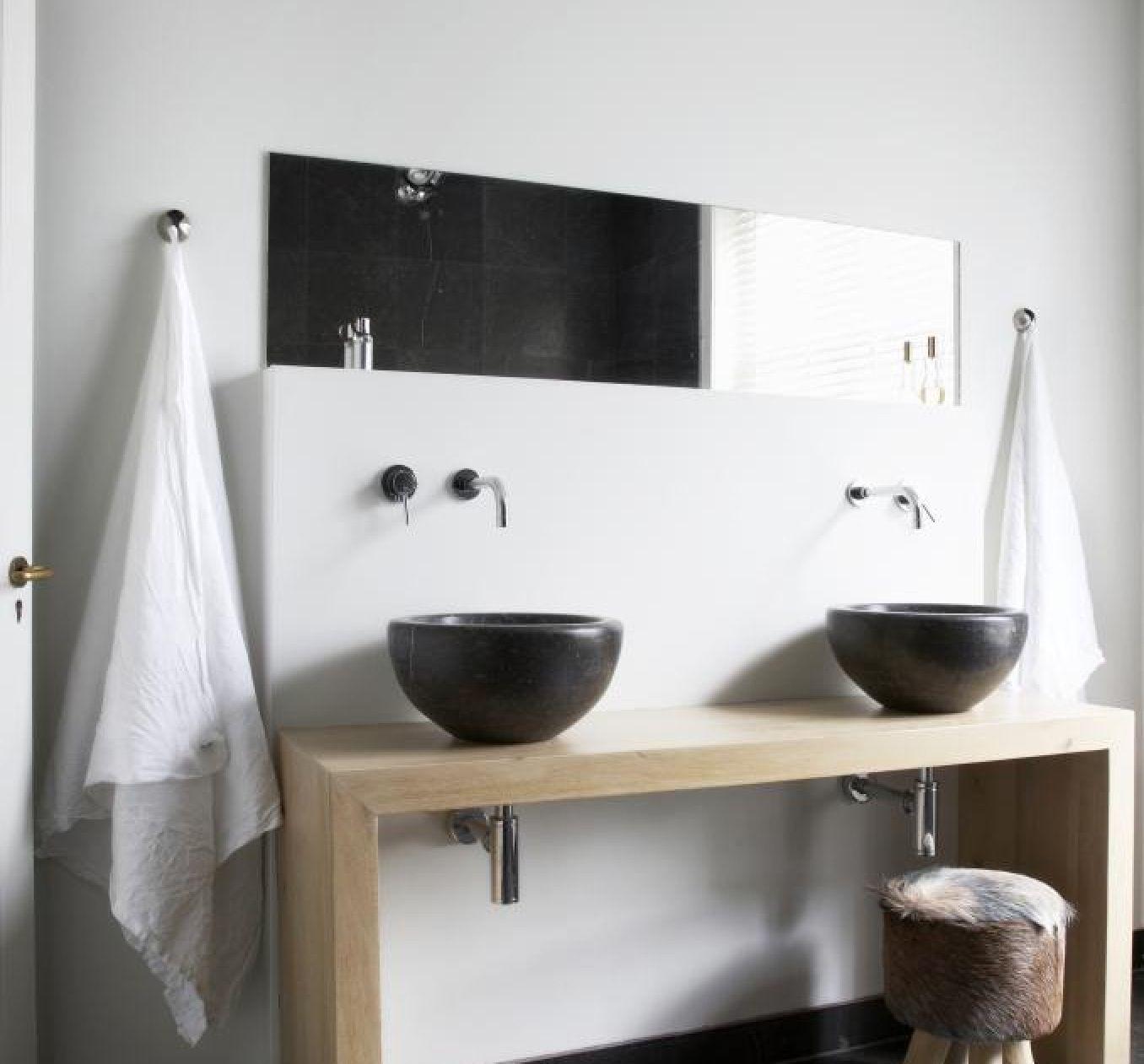 reforma bao con lavabos diseo negros sobre encimera de madera grifos empotrados espejo de