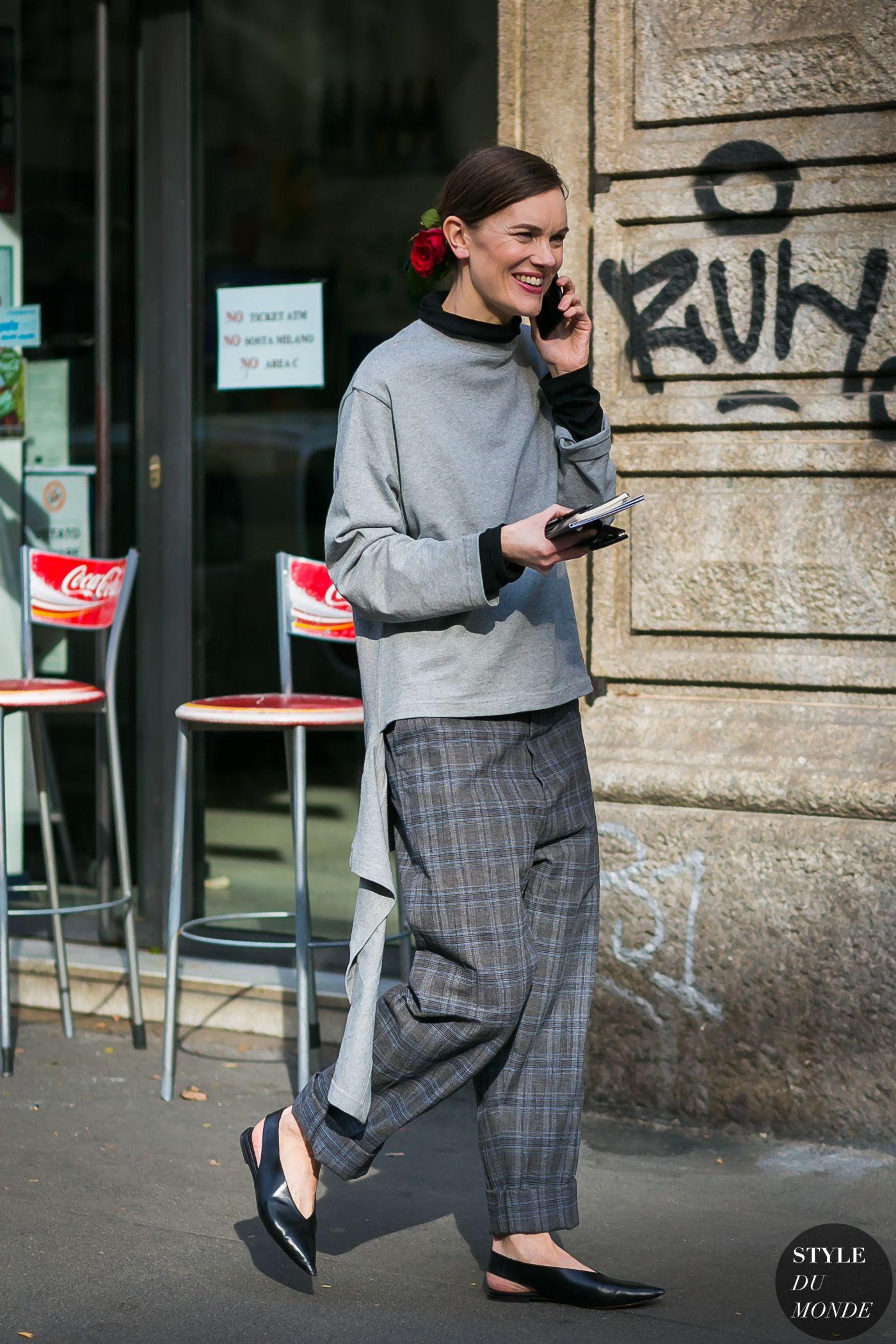 Jersey ancho gris con pantalón de cuadros gris y bailarinas de punta de Balenciaga. Y no hace falta mucho más para llevar un look genial todo el día.