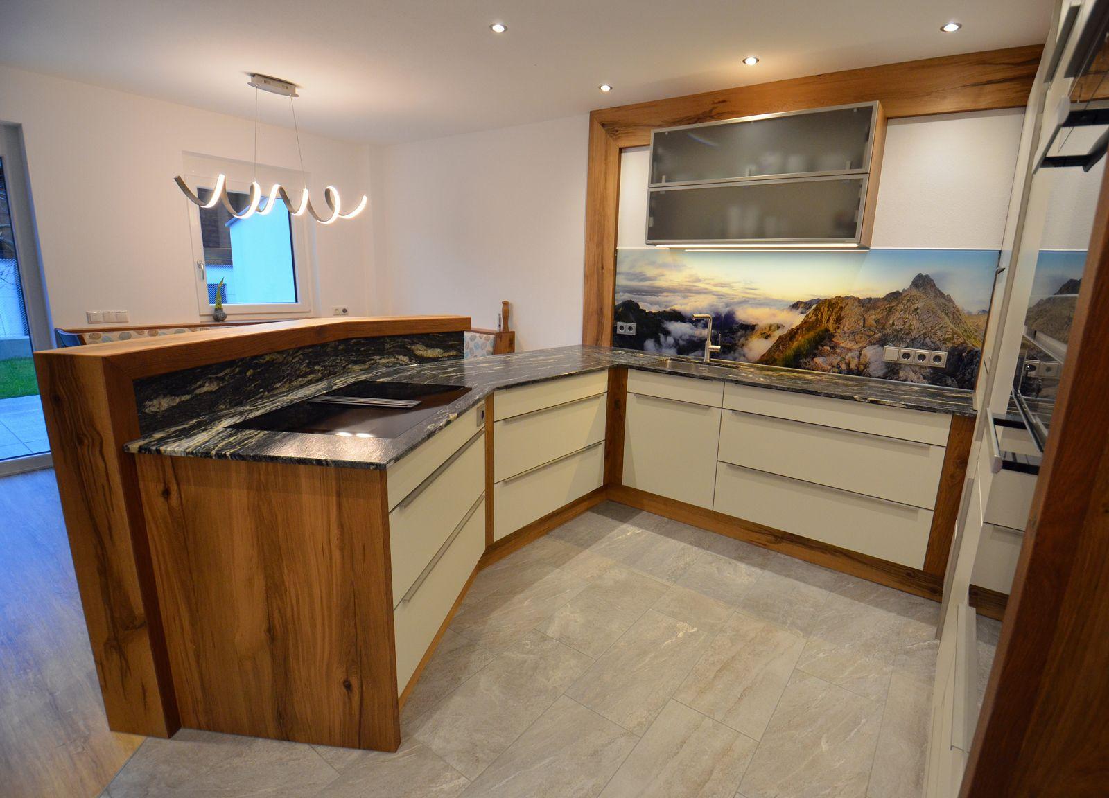 Tischlerkuche In Eiche Altholz Kombiniert Mit Einer Granit Arbeitsplatte Und Einer Glasruckwand Mit Digitaldru Granit Arbeitsplatte Arbeitsplatte Glasruckwand