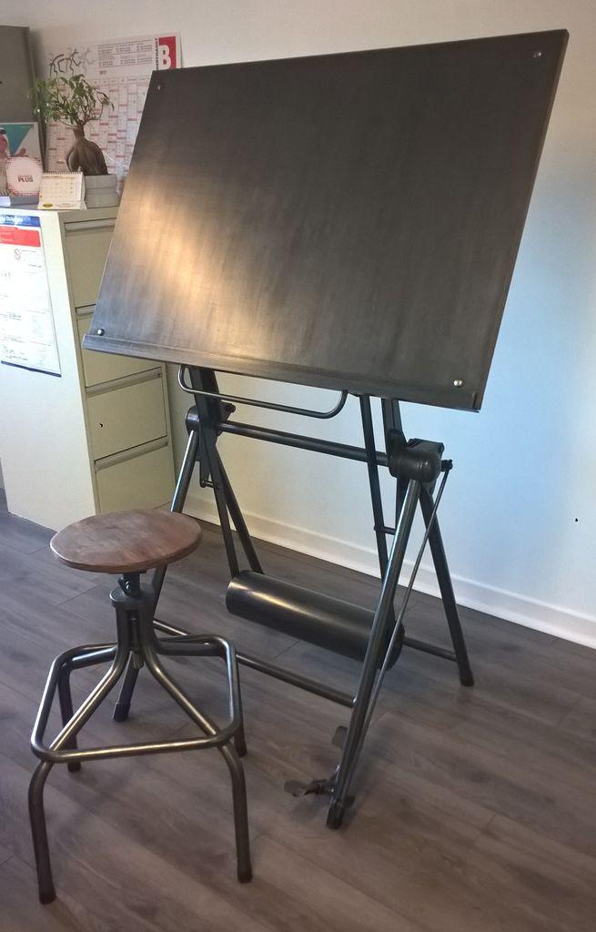 Table à dessin d'architecte Héliolithe restaurée par Hewel mobilier. Cette table à dessin industrielle en métal dispose d'un système de balancier verrouillable, d'un plateau sur-mesure en acier et d'une finition canon de fusil