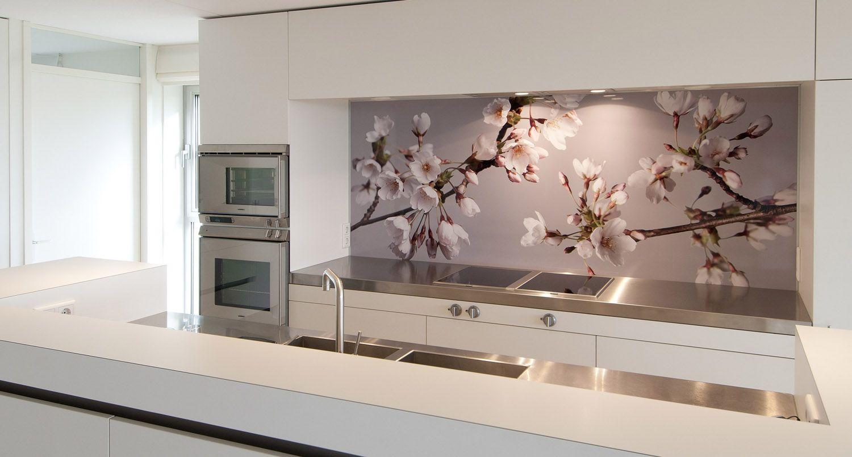 Originele witte keuken met kleurrijke achterwand interieur in