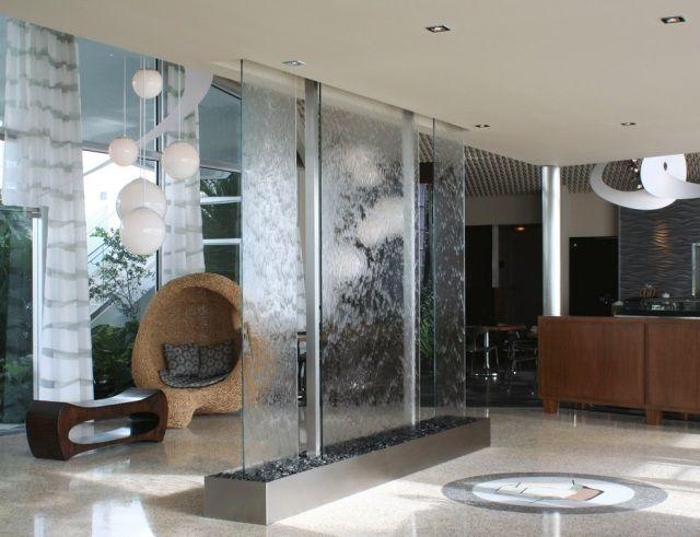 Raumhoher zimmerbrunnen glas membran design minimalistisch flur