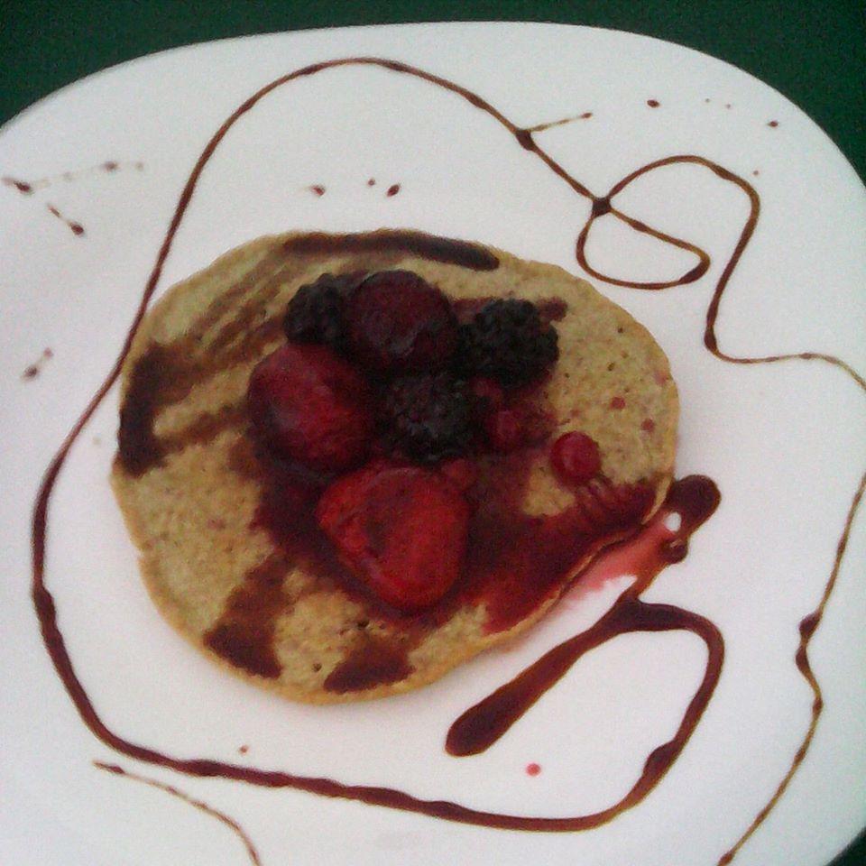Panqueca de aveia com frutos silvestres e mel de cana
