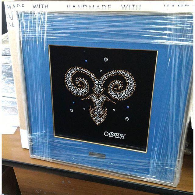 www.aswaroshop.ru Самый красивый символ знаков зодиака на наш взгляд:) Выполнен из кристаллов #сваровски на стекле, в синем паспарту и золотистой раме. #овен #символ #знакизодиака♋♏ #стекло #кристаллы