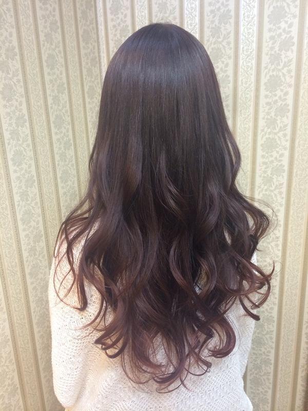 ヘアカラーをさぼると出現するプリン頭 でも そんなプリンを味方につけることができるのが黒髪やダークトーンの髪色のグラデーションカラー です こちらではそんな暗めグラデーションカラーのおすすめヘアスタイルをご紹介していきます 髪色 暗め ヘアカラーダーク