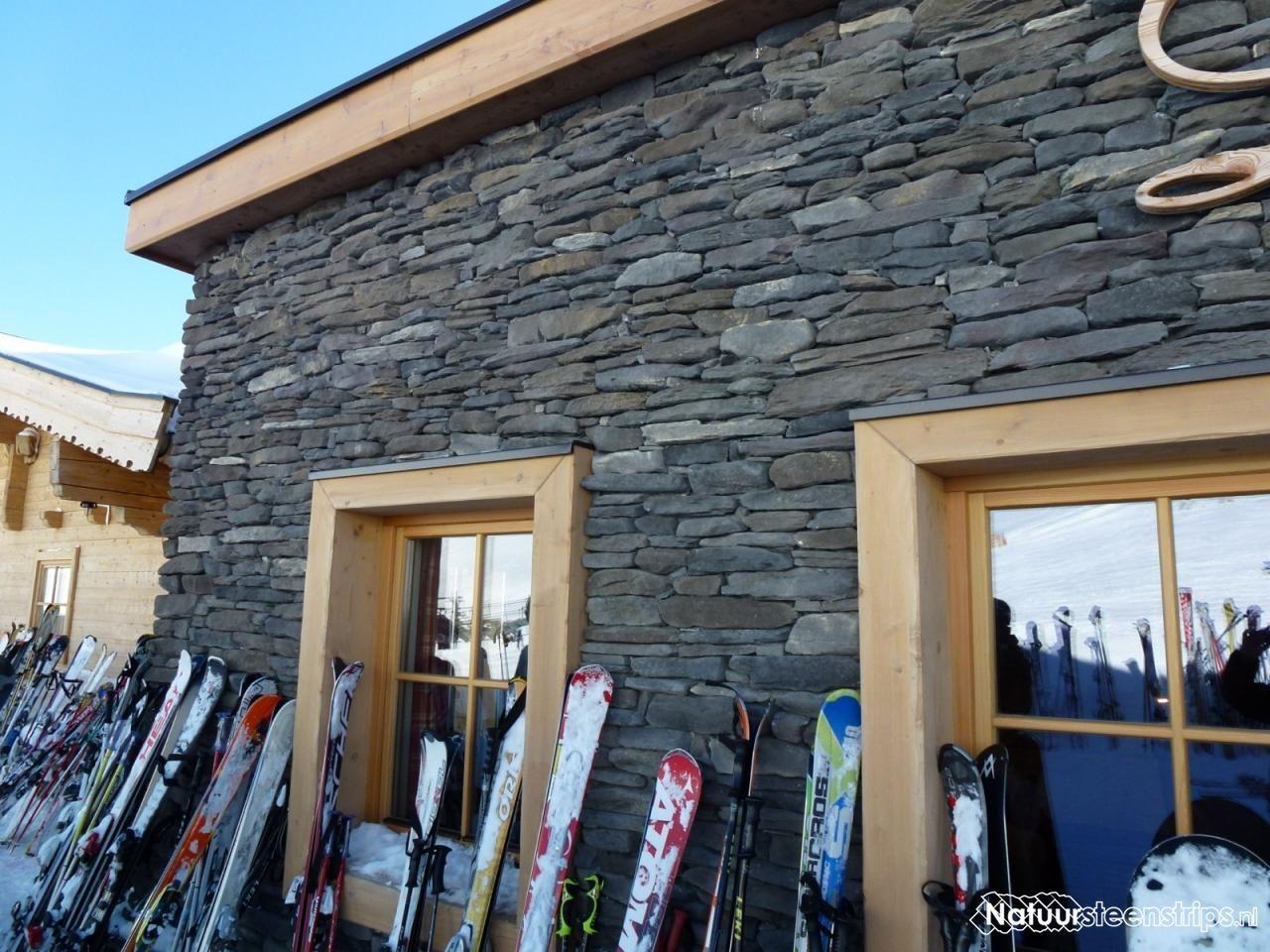Geopietra Steenstrips toegepast op een Oostenrijkse skihut. Een ...