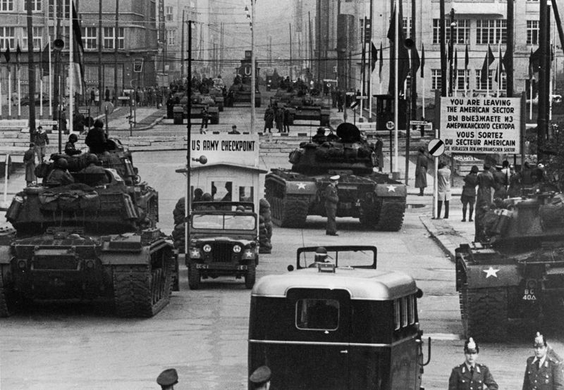 confrontation between american and soviet tanks at checkpoint charlie berlin 1961 germany. Black Bedroom Furniture Sets. Home Design Ideas