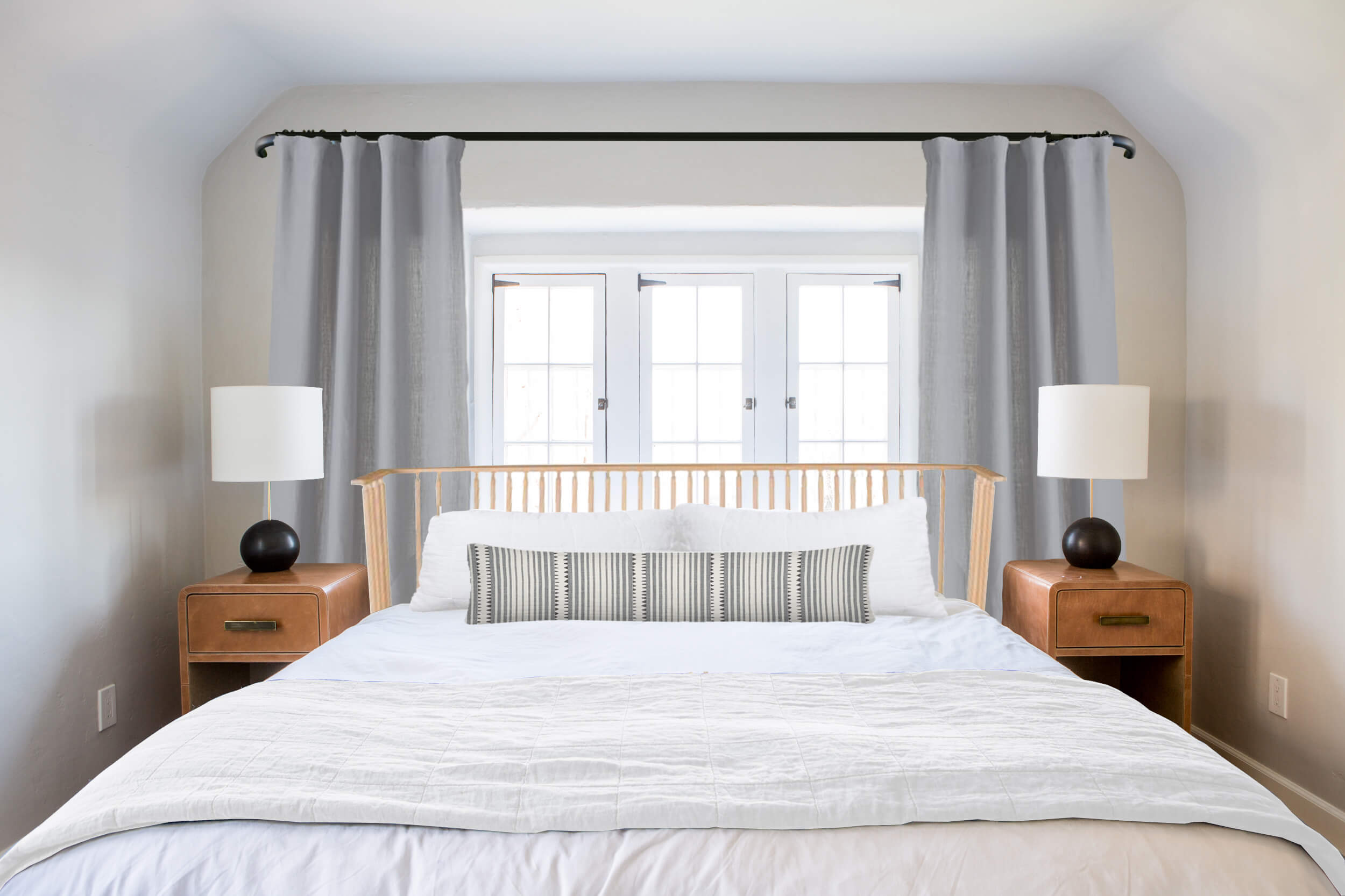 Ask The Audience Master Bed In Front Of Window Chambre Sans