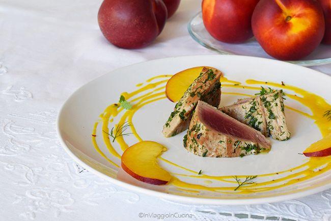 In viaggio in cucina: Tagliata di tonno alle erbe aromatiche e pesche