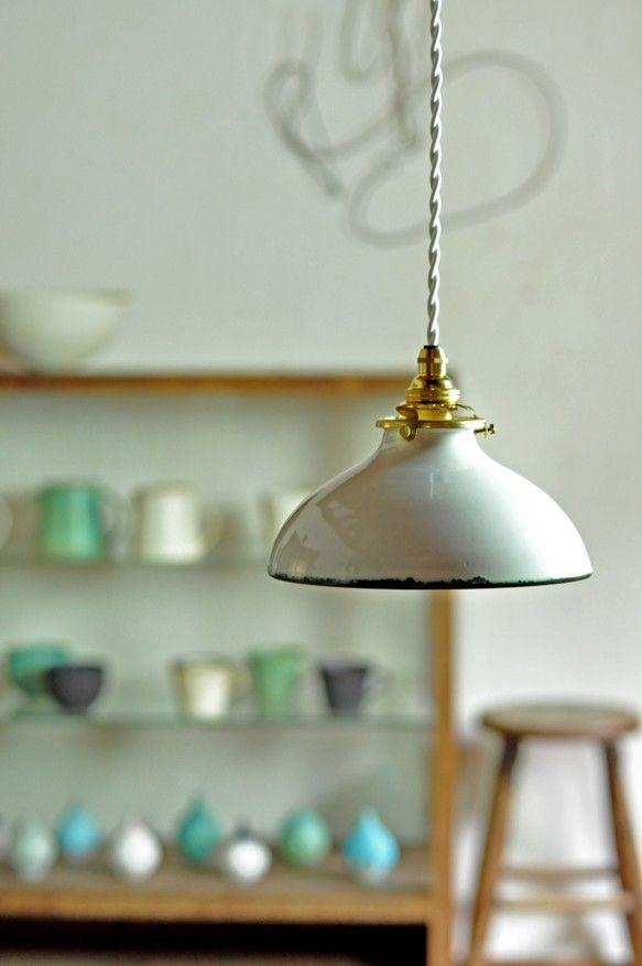 陶器製のランプシェードです。オリジナルの釉薬を使い ...