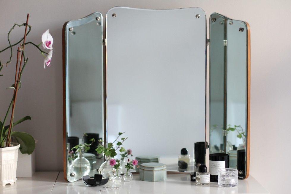Inte helt enkelt att plåta en spegel utan att själv fastna i bild... Här sticker visst en arm (och ett ben?) in i bilden... Och där fastnade hela
