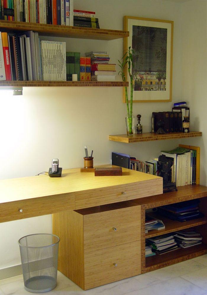 Diseño y fabricación a medida de mesa de escritorio y estantería en bambú tostado