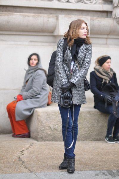 カメラをもつ若い女性スナップ