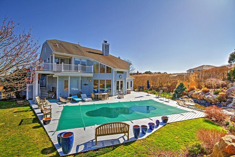Relax In The Private Pool At This Montauk Vacation Rental Home Vacation House Rental Vacation Rental
