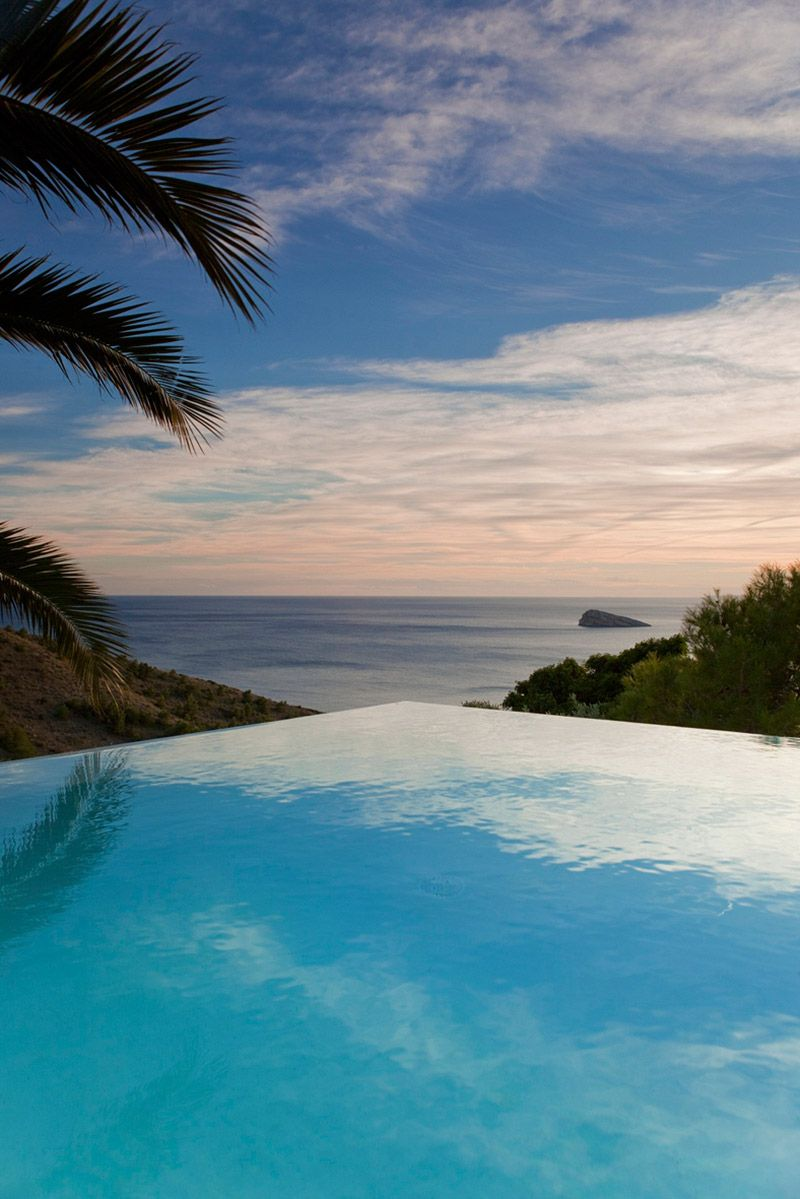Infinity pool diamond house alicante spain by abis - Hotels in alicante with swimming pool ...
