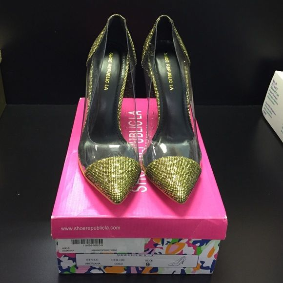 Plexi Inspired Pump On trend plexi-inspired pump, gold sparkly finish. Worn once on carpet! Comes with original box. Shoe Republic LA Shoes Heels