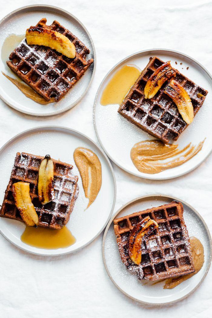 Schokoladen-Espresso-Waffeln mit karamellisierten Bananen.