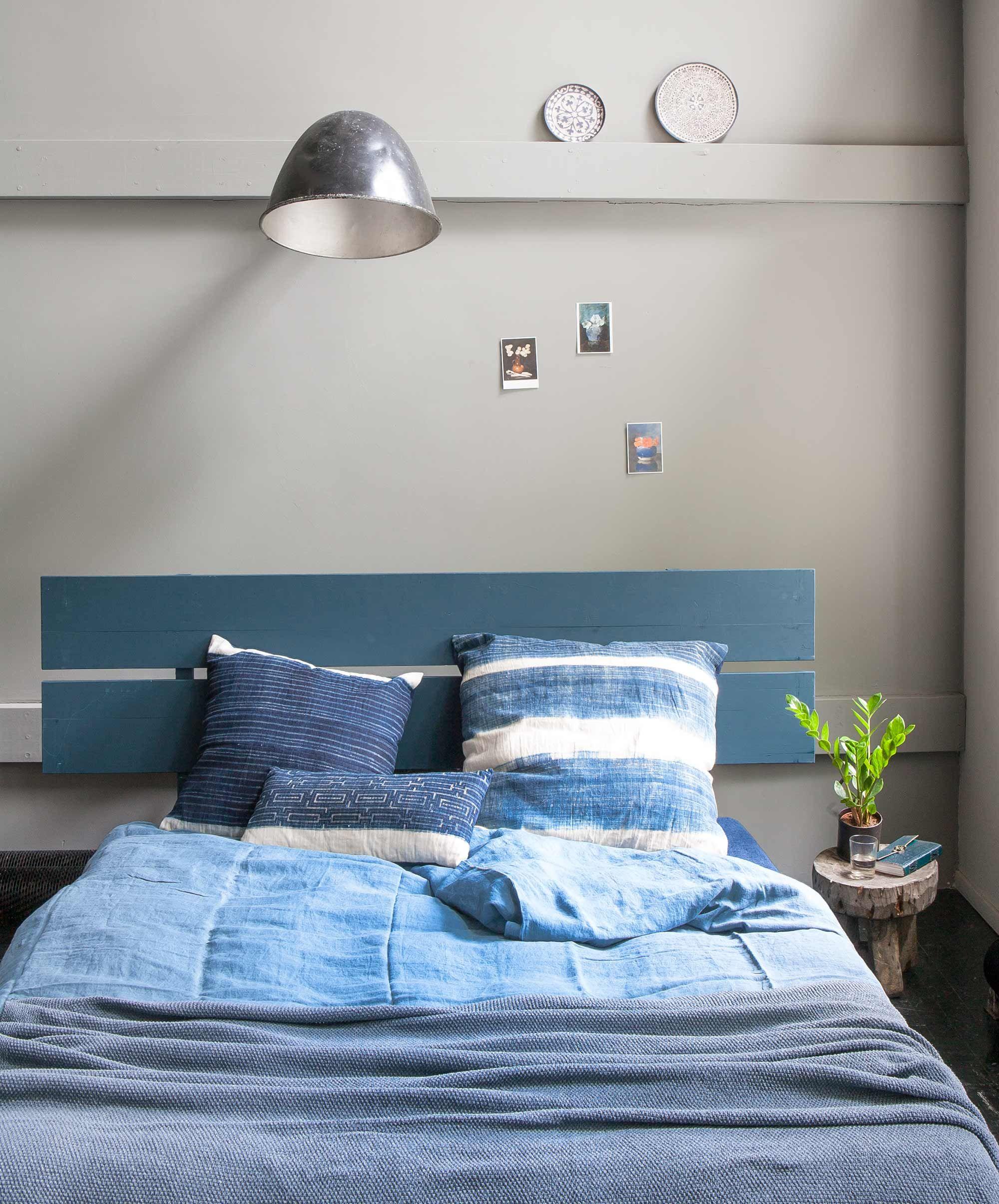 blauw slaapkamer blauw bedroom vtwonen 10 2016 photography anna de leeuw styling marianne luning