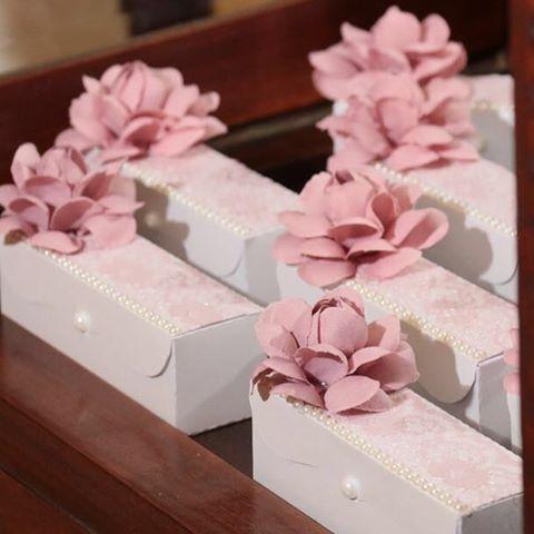 Caixa para 3 doces e essa foi os deliciosos @amordebrigadeiroo #caixaspersonalizadas #caixadocinhos #caixalembranca #caixa15anos #lembranca15anos #atelierartemao