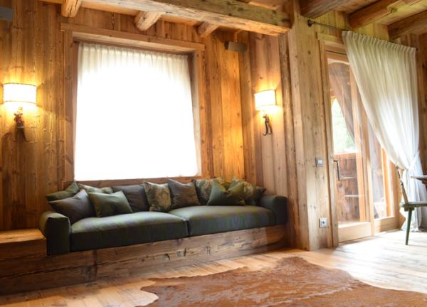 Divano da montagna in lana con comodi cuscini in piuma come schienali arredamento di uno chalet - Illuminazione casa montagna ...