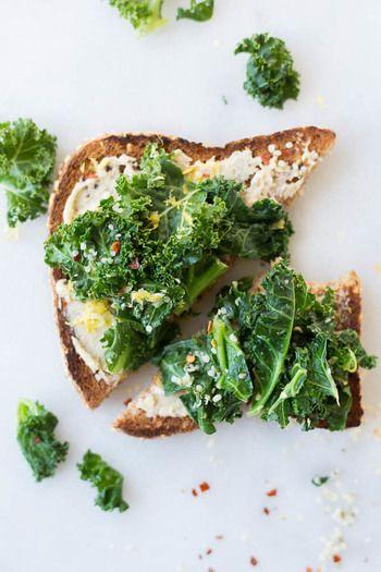 ケールって、実はアブラナ科のキャベツの仲間なんです。葉の栄養成分が豊だから、「緑黄色野菜の王様」と呼ばれています。βカロテンやビタミンC,Eなどの抗酸化作用のある成分や、カルシウムも豊富で、中でもビタミンEとカルシウムは野菜の中でも特に多いんです。