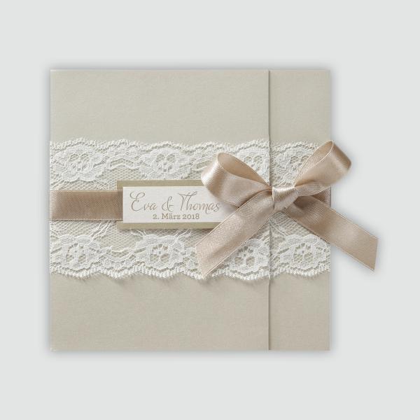 romantische champagnerfarbene hochzeitseinladung mit spitze und band einladungskarten. Black Bedroom Furniture Sets. Home Design Ideas