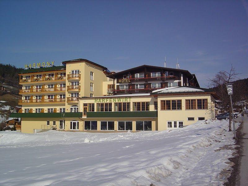 """3* Hotel Harmony Hotel Harfenwirt se afla in  Niederau/Wildschönau, vis-avis de statia skilift """"Tennladen"""", la circa 500 m departare de centrul localitatii si de statia de transport pe cablu  """"gondola  Markbackjoch"""".  Statia Skibus se afla direct la  hotel si asigura legatura cu statiunile Oberau si Auffach. Pentru o excursie de shopping orașul Wörgl se afla la aproximativ 11km distanță, statiunea Kitzbühel la 31 km, Innsbruck la 71 km departare. Hotelul Harfenwirt*** ofera..."""