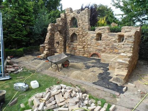 eine gartenmauer im stil einer ruine aus sandstein | border, Gartenarbeit ideen