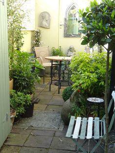 hinterhofgestaltung, tiny bohemian courtyard garden - google search | hinterhof, Design ideen