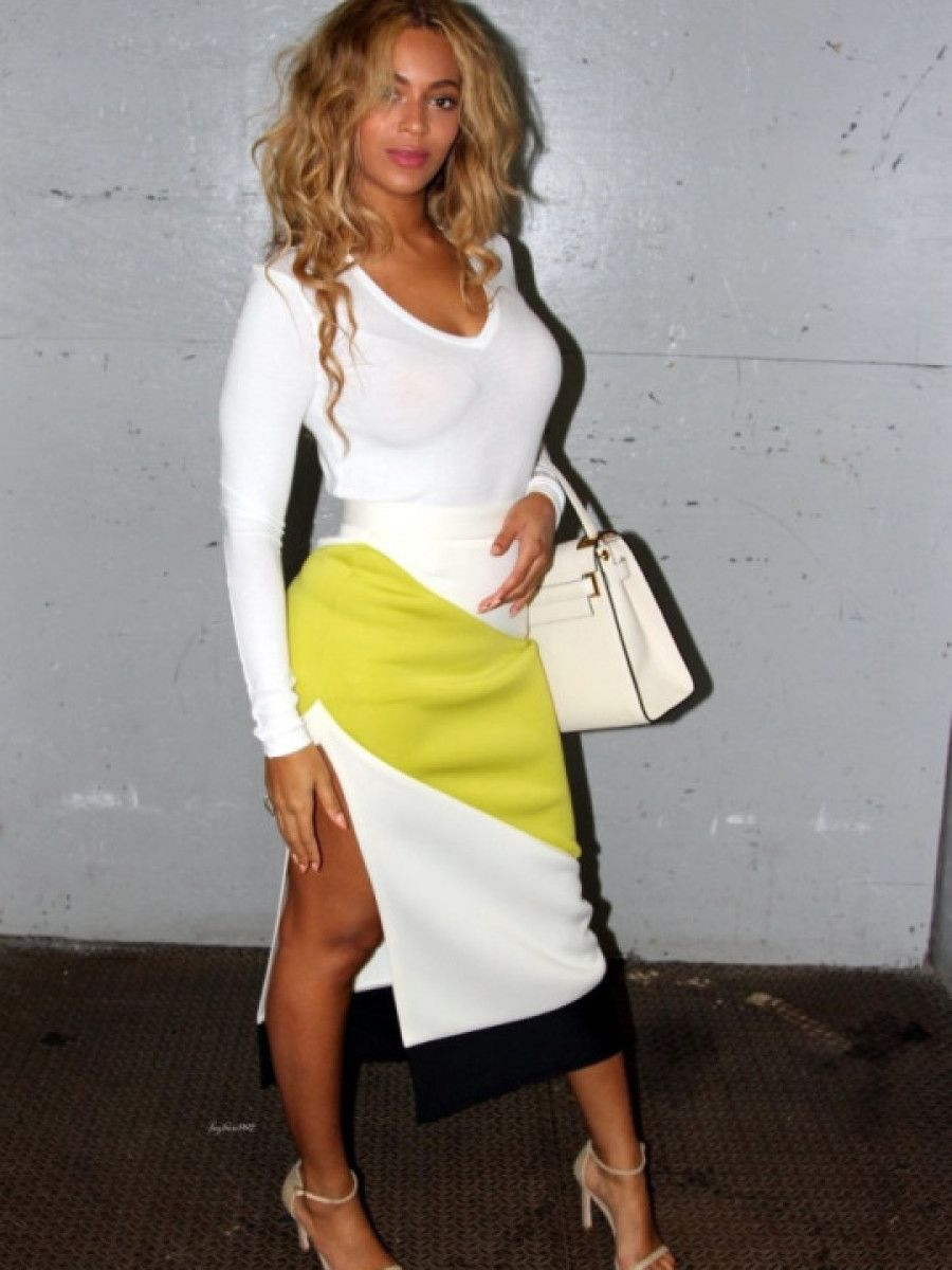 9-Beyonces-New-York-City-High-Slit-Colorblock-Pencil-Skirt-Stuart-Weitzman-Nudist-Sandals-and-Valentino-My-Rockstud-White-Top-Handle-Bag