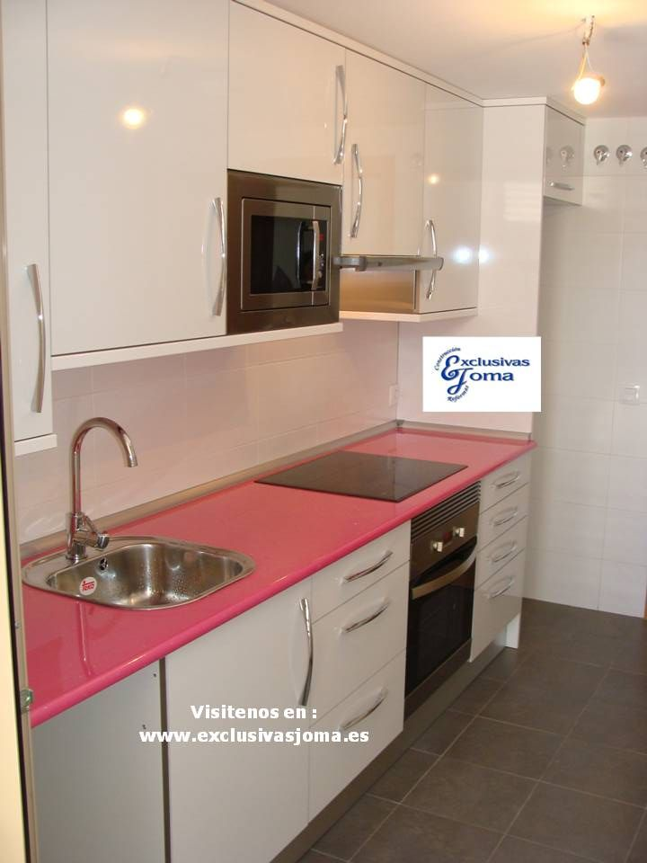 Muebles de cocina a medida en color blanco alto brillo con for Cocina blanca electrodomesticos blancos