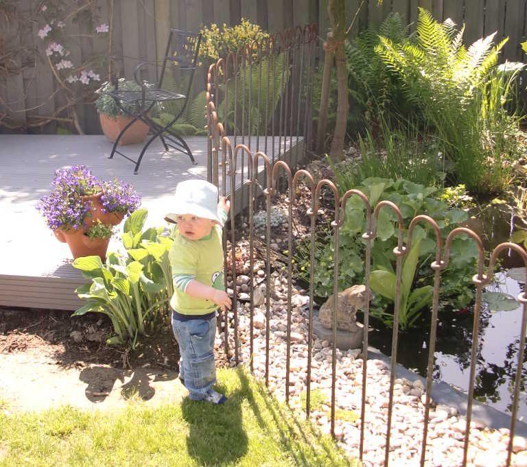 Mit dem flexiblen steckzaun trennen sie gartenteich von terrasse und garten haus - Gartenteich kindersicher ...