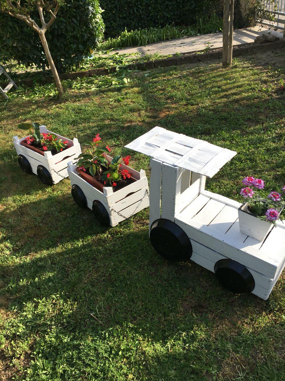 Fioriera con cassette di legno a forma di treno for Fioriere con cassette della frutta