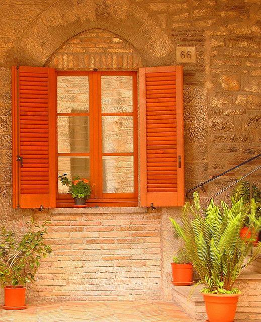 windows of italy hausfassaden orange und farben. Black Bedroom Furniture Sets. Home Design Ideas
