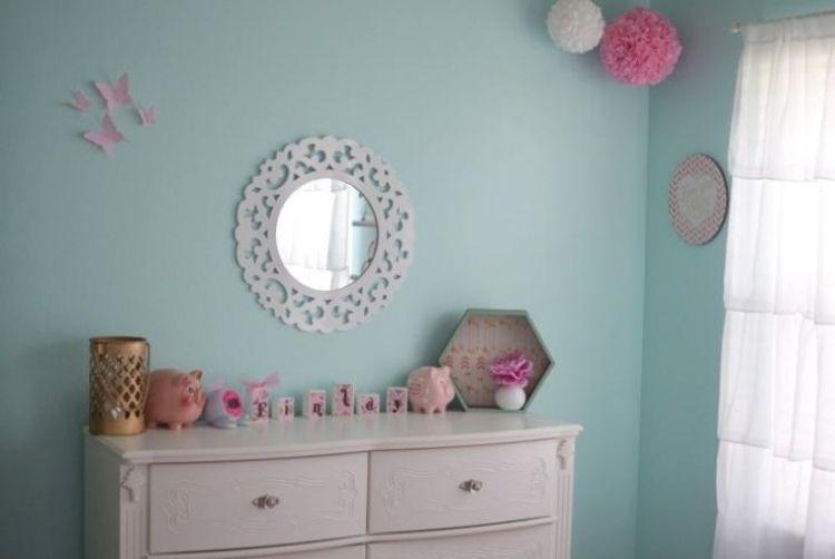 Dekoration In Zart Rosa Und Mobiliar In Weiß Für Ein Mädchen- Oder ... Babyzimmer Im Wohnzimmer