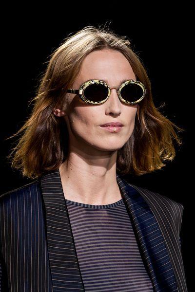 Dries Van Noten   Crédit photo  Imaxtree   Les plus belles lunettes de  soleil de l été 2015 repérées sur les défilés   L Express Styles bc37cc0dbee