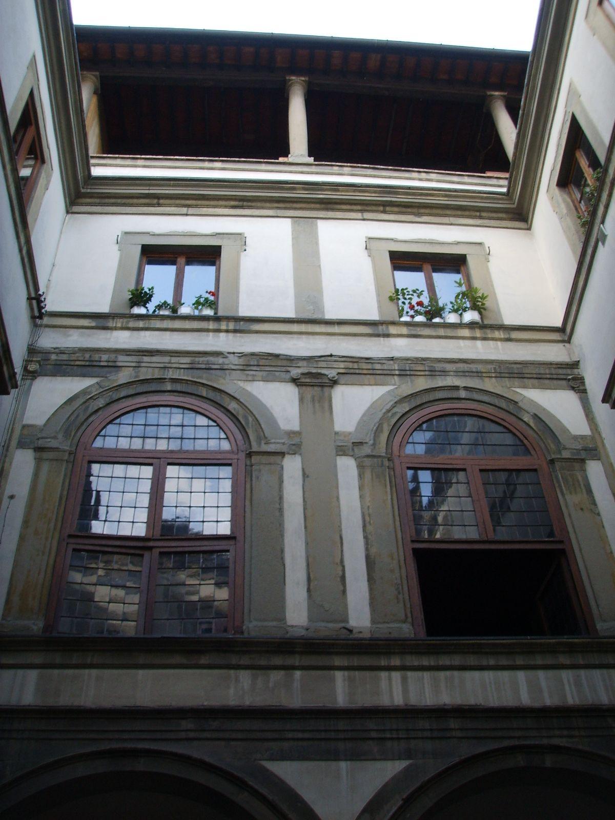Il cortile di Palazzo Michelozzi a Firenze tuscany